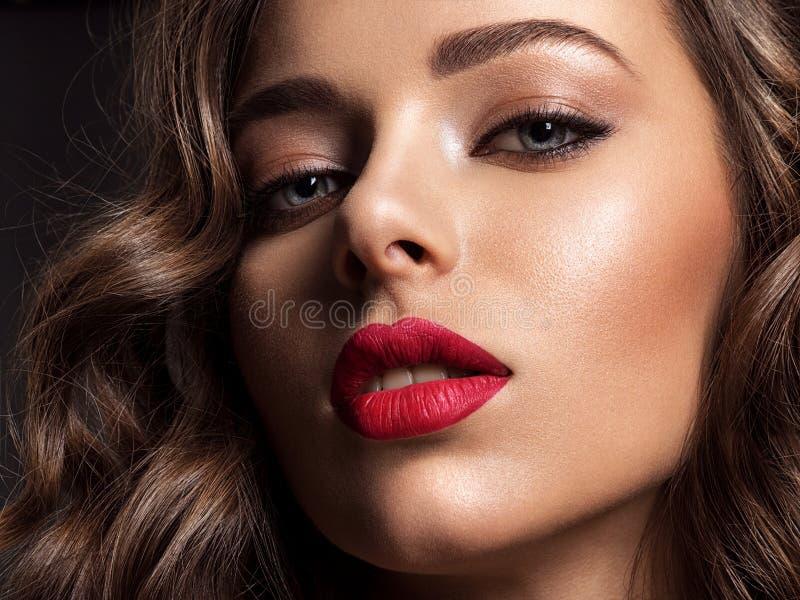 Mooi gezicht van jonge vrouw met rode lippenstift royalty-vrije stock foto's