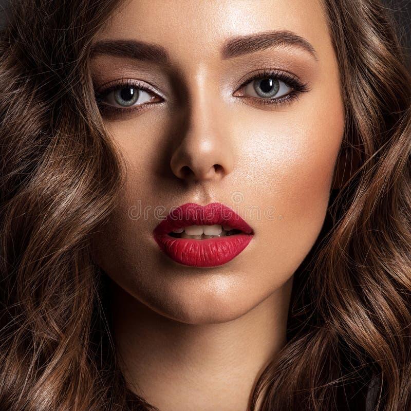 Mooi gezicht van jonge vrouw met rode lippenstift stock foto's