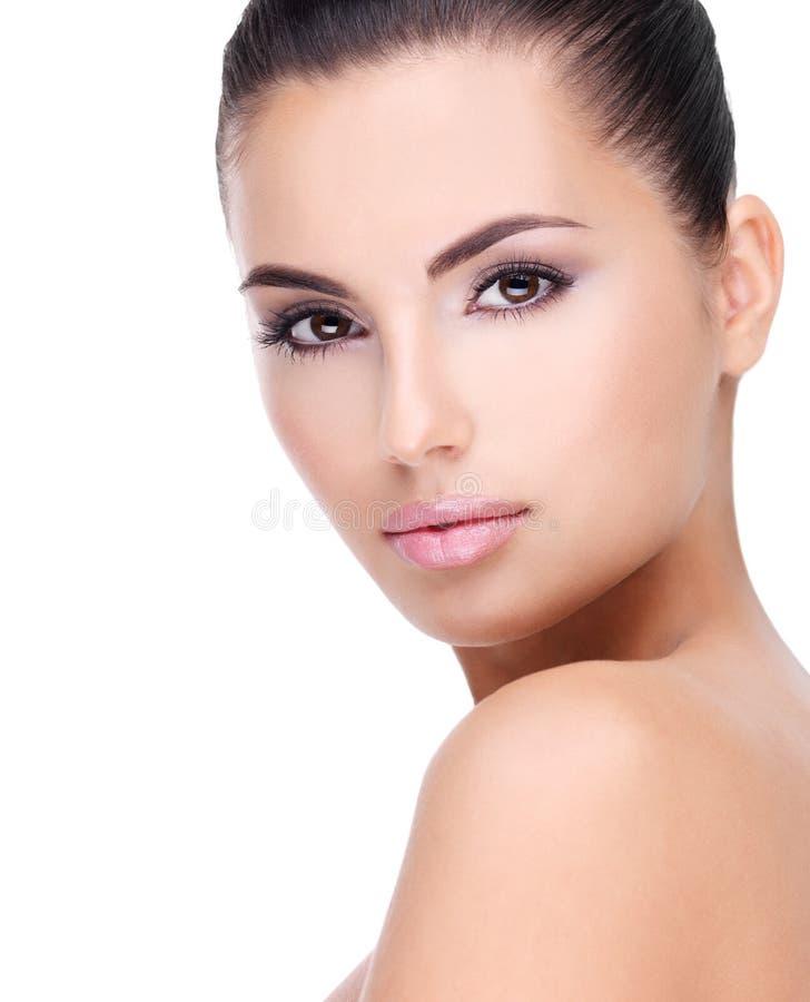 Mooi gezicht van jonge vrouw met schone huid stock afbeeldingen