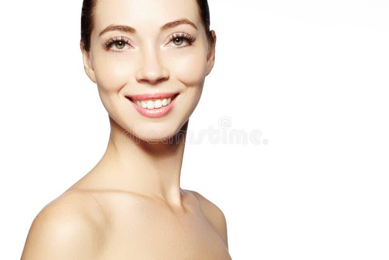 Mooi gezicht van jonge vrouw Skincare, wellness, kuuroord De schone zachte huid, gezonde vers ziet eruit Natuurlijke dagelijkse m royalty-vrije stock afbeeldingen
