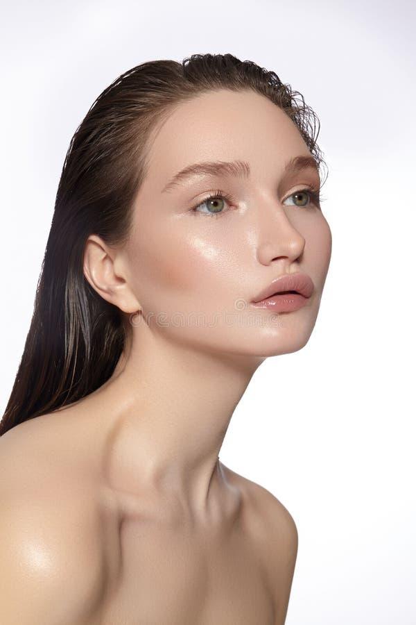 Mooi gezicht van jonge vrouw Skincare, wellness, kuuroord Schone zachte Huid, Verse blik Natuurlijke dagelijkse make-up, nat haar royalty-vrije stock afbeelding