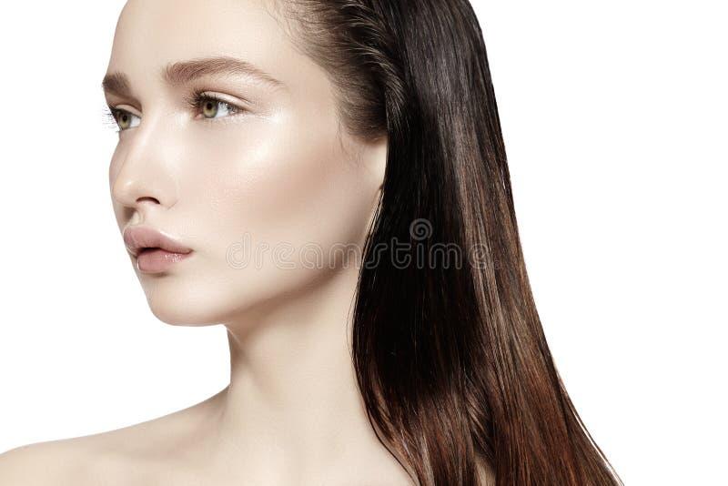 Mooi gezicht van jonge vrouw Skincare, wellness, kuuroord Schone zachte Huid, Verse blik Natuurlijke dagelijkse make-up, nat haar royalty-vrije stock foto