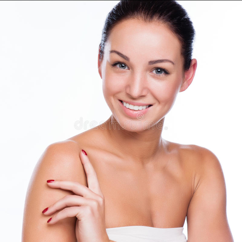 Mooi gezicht van mooie glimlachende vrouw die - bij studio stellen isolat stock fotografie