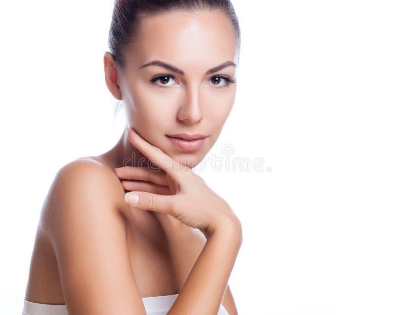 Mooi gezicht van mooie glimlachende vrouw - stellen bij studio geïsoleerd op wit royalty-vrije stock afbeeldingen
