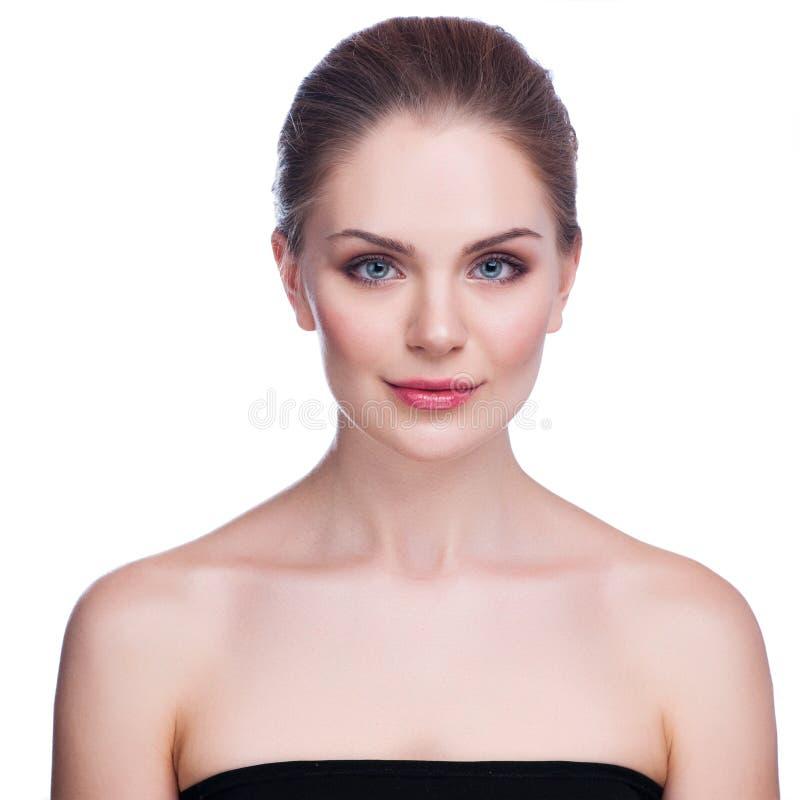 Mooi gezicht van mooie glimlachende vrouw - stellen bij studio geïsoleerd op wit stock foto's