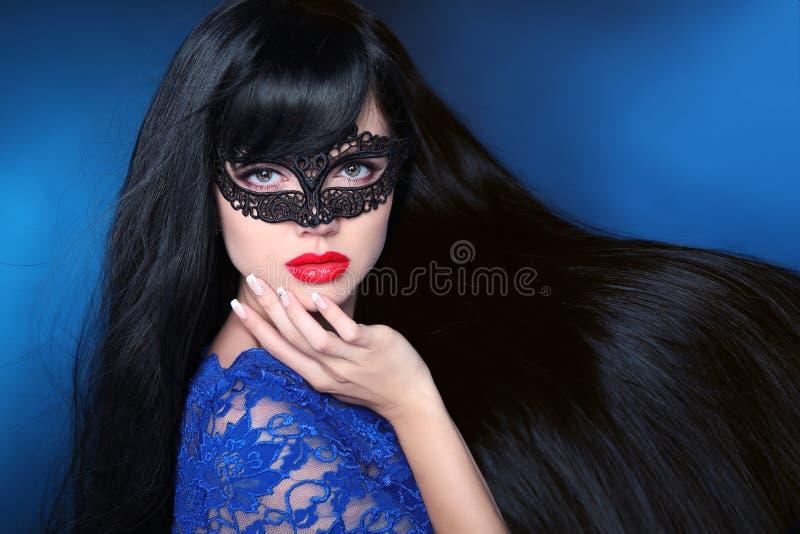 Mooi gezond haar Schoonheidsvrouw in masker met luxueuze lang stock foto's