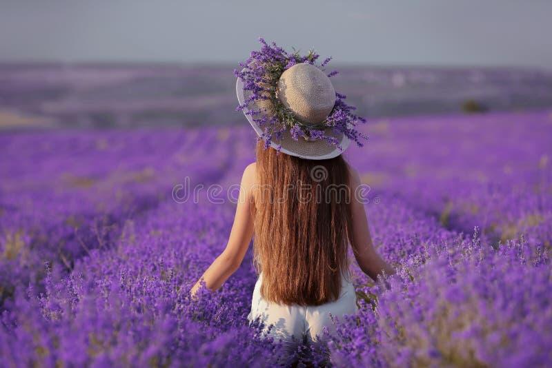 Mooi gezond lang haar Achtermening van Jong tienermeisje in hoed royalty-vrije stock afbeeldingen