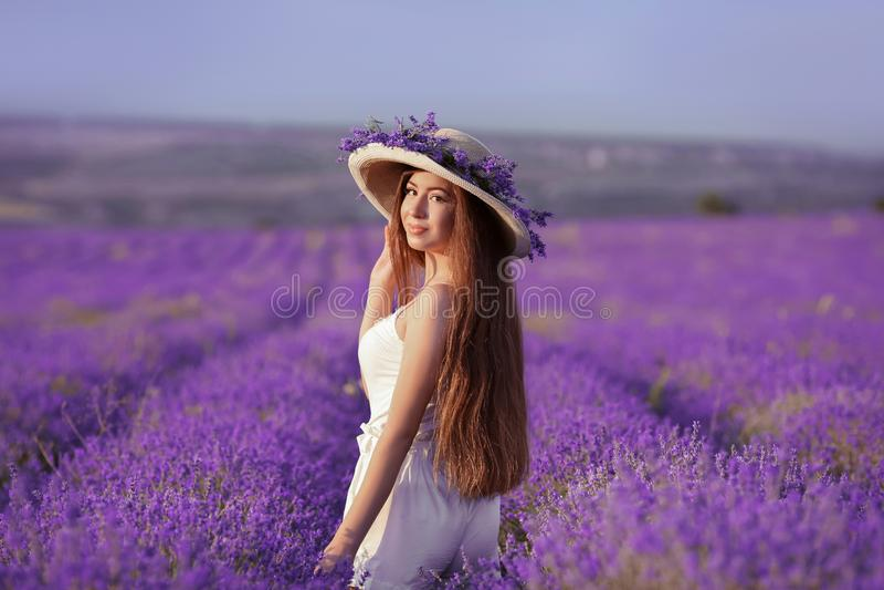 Mooi gezond lang haar Achtermening van Jong tienermeisje in hoed stock foto's