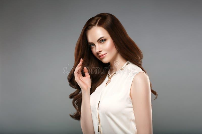 Mooi glans haarvrouw met de hand van manicurespijkers Donkerbruine wi royalty-vrije stock foto's
