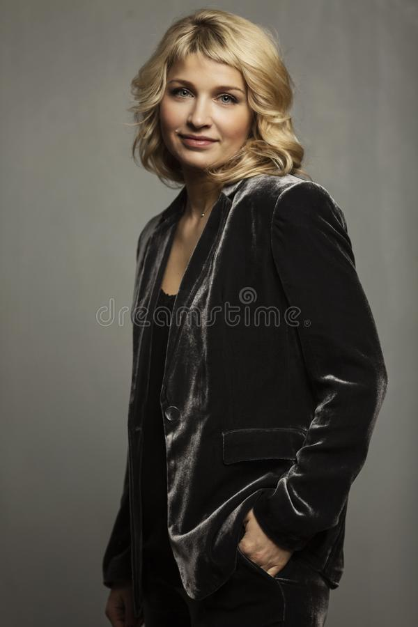 Mooi glimlachend blonde in een pak royalty-vrije stock afbeeldingen