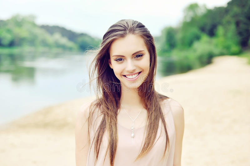 Mooi glimlachend meisje royalty-vrije stock foto's