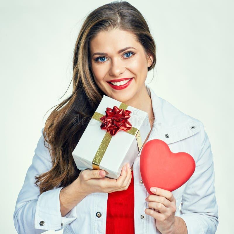 Mooi glimlachend meisje De vrouwenportret van de valentijnskaartendag stock afbeeldingen