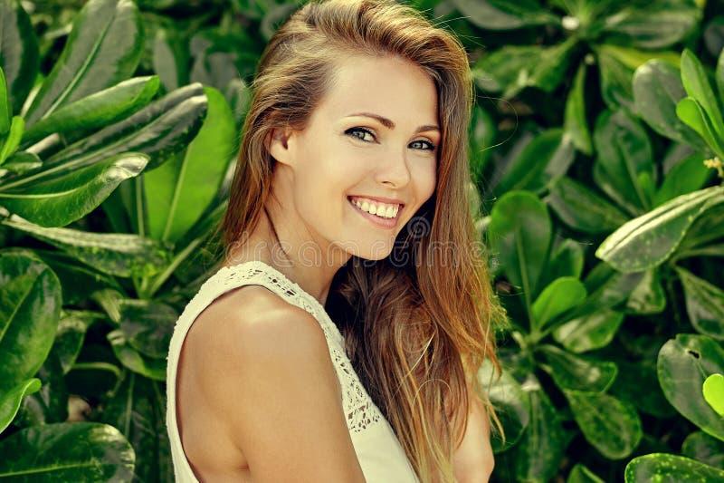 Mooi glimlachend meisje in groene tuin - sluit omhoog royalty-vrije stock foto