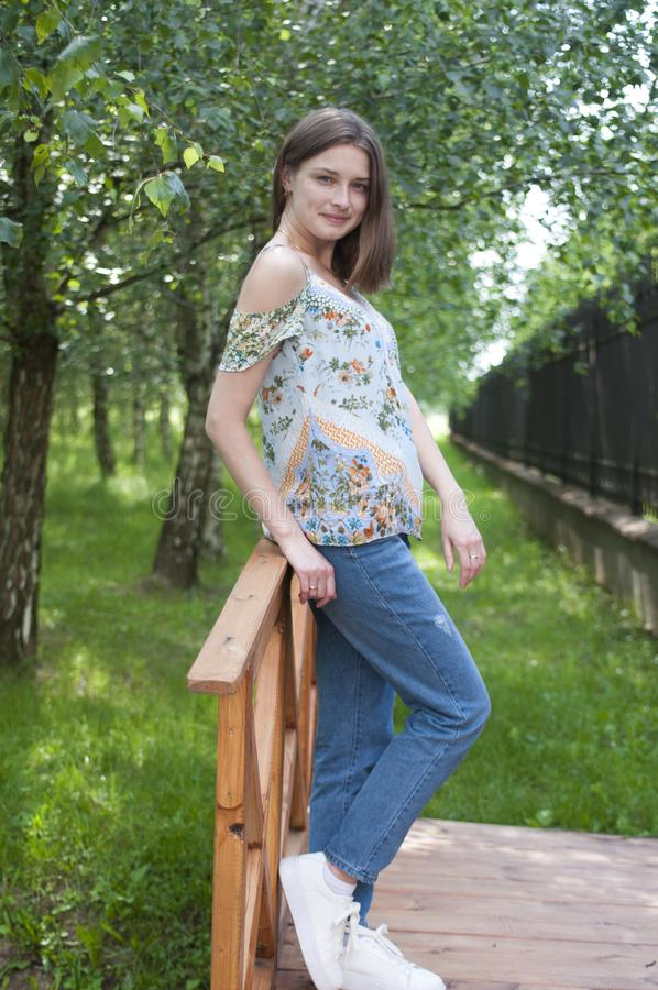 Mooi glimlachend meisje Het meisje in het Park stock afbeeldingen