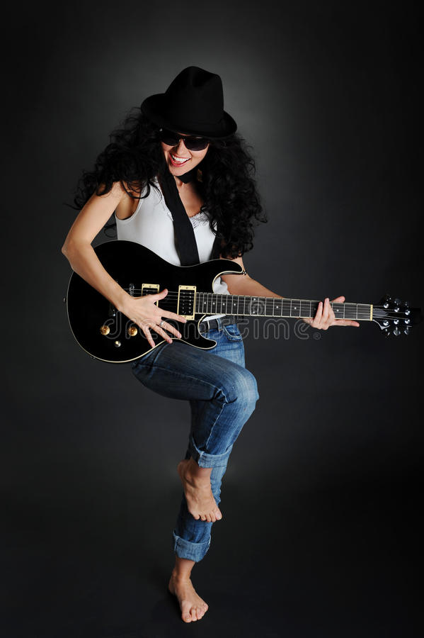 Mooi glimlachend meisje met een gitaar royalty-vrije stock fotografie