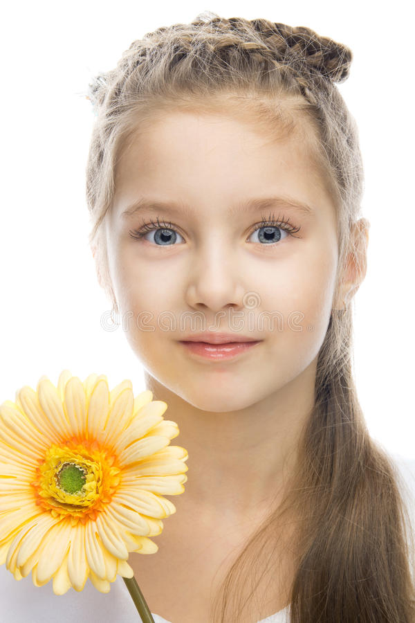 Mooi glimlachend meisje met gele bloem royalty-vrije stock foto
