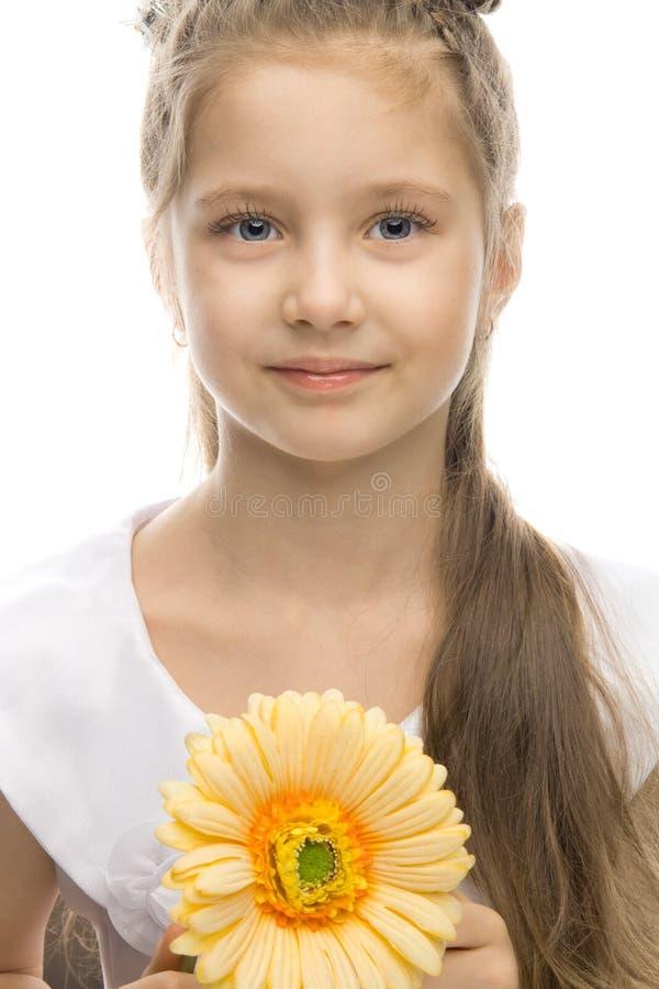 Mooi glimlachend meisje met gele bloem stock fotografie