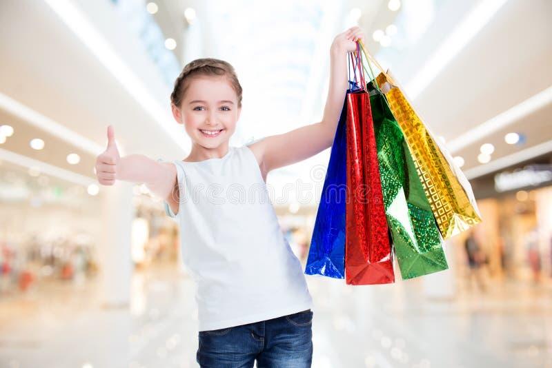 Mooi glimlachend meisje met het winkelen zakken royalty-vrije stock foto