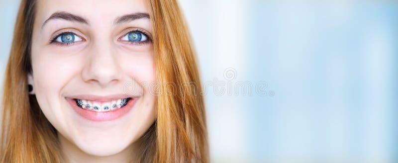 Mooi glimlachend meisje met pal voor tanden royalty-vrije stock afbeelding