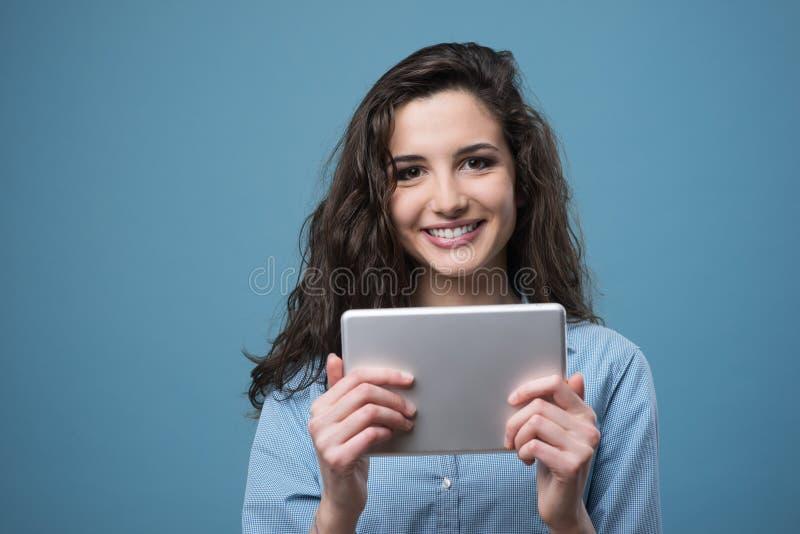 Mooi glimlachend meisje met tablet royalty-vrije stock afbeeldingen