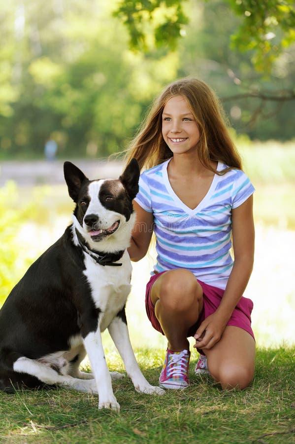 Mooi glimlachend meisje met zwarte stock foto's