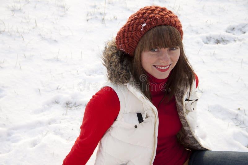 Mooi glimlachend meisje op de winterachtergrond royalty-vrije stock foto's