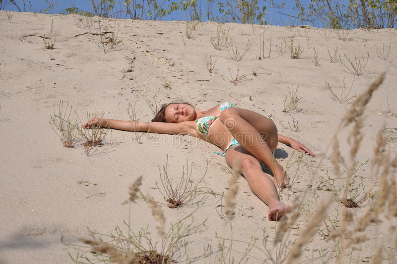 Mooi glimlachend meisje op zandstrand royalty-vrije stock fotografie