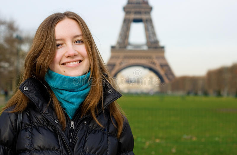 Mooi glimlachend meisje in Parijs royalty-vrije stock foto's