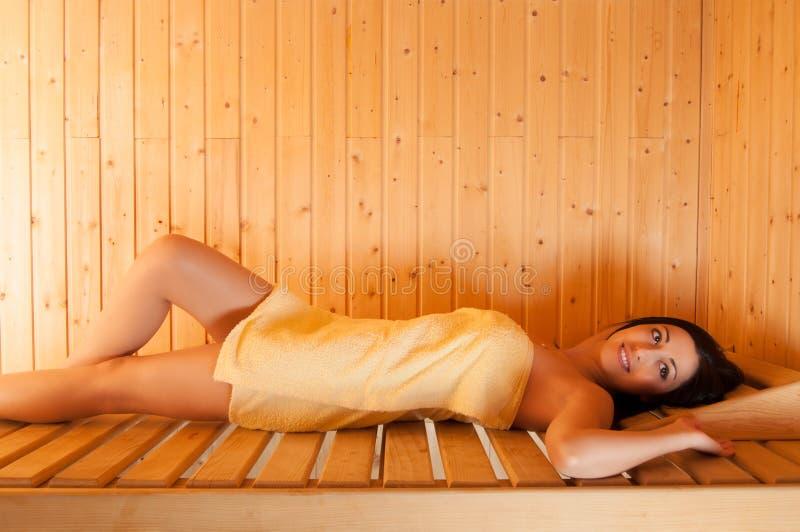 Mooi glimlachend meisje in sauna royalty-vrije stock afbeelding