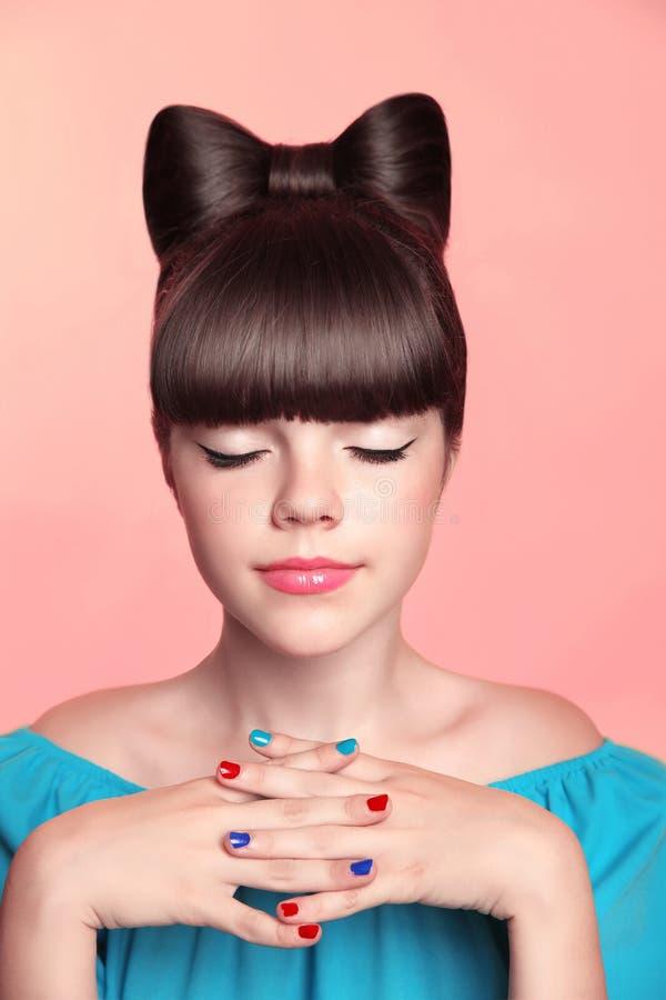 Mooi glimlachend tienermeisje met boogkapsel, make-up en colou royalty-vrije stock fotografie