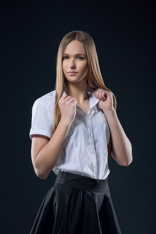 Mooi glimlachend tienermeisje in zwarte rok en het witte portret van de overhemdsstudio Gelukkig student of schoolmeisje die met  royalty-vrije stock foto