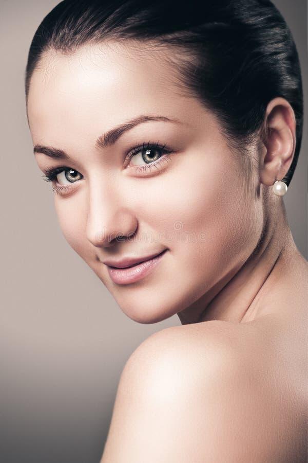 Mooi Glimlachgezicht van Jonge Vrouw met Schone Verse Huid stock foto