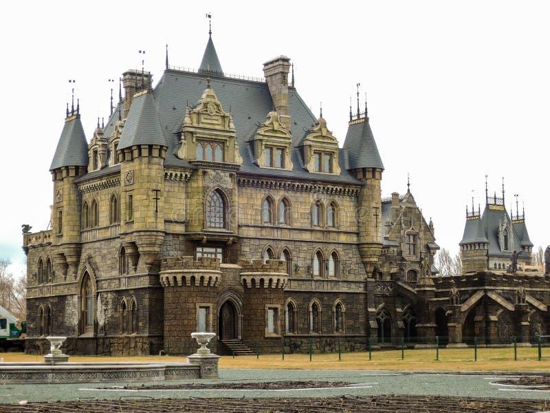 Mooi Gotisch kasteel in de lente Samaragebied 20 april 2017 royalty-vrije stock afbeeldingen