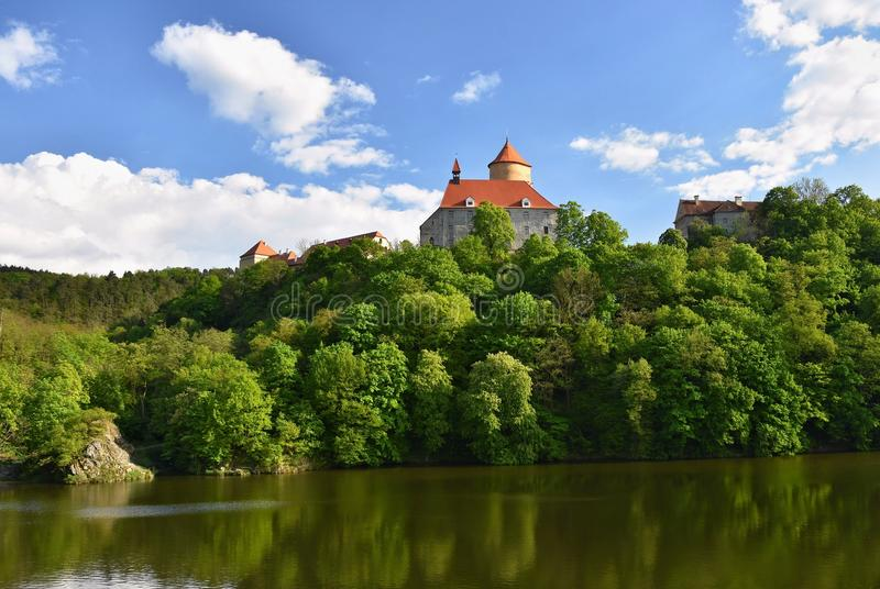 Mooi Gotisch kasteel Veveri De stad van Brno bij de Brno dam Zuid-Moravië - Tsjechische Republiek - Midden-Europa De lente landsc royalty-vrije stock afbeelding