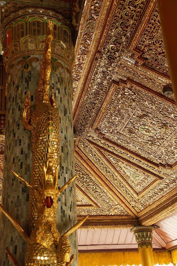 Mooi gouden en ingelegd plafond stock foto's