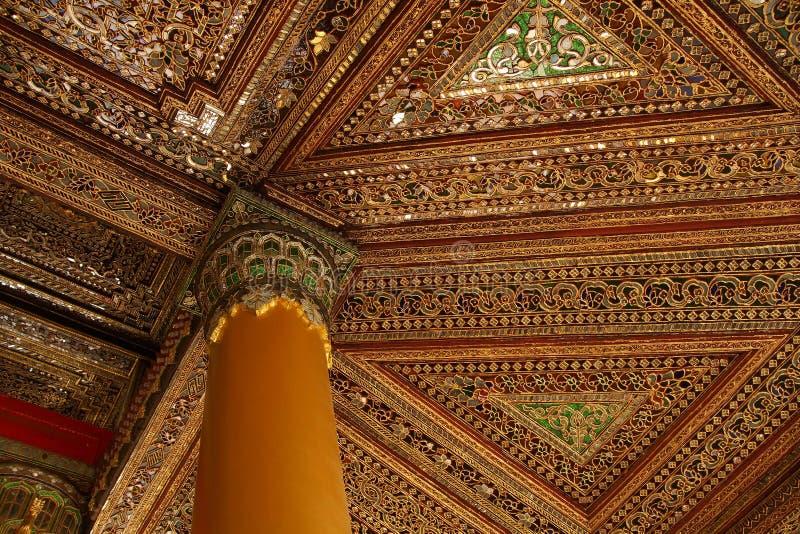Mooi gouden en ingelegd plafond royalty-vrije stock foto