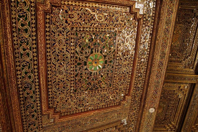 Mooi gouden en ingelegd plafond royalty-vrije stock foto's