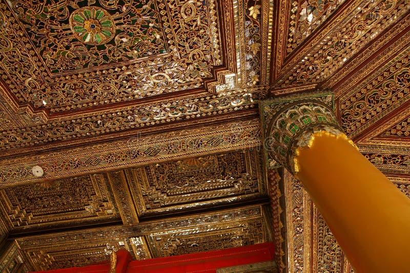 Mooi gouden en ingelegd plafond stock foto