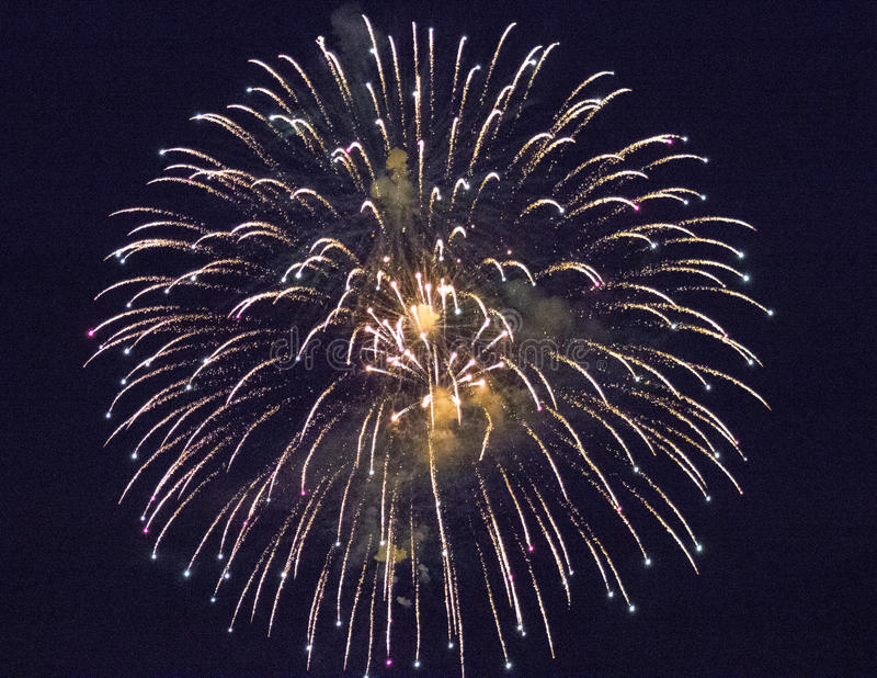 Mooi gouden vuurwerk in de nachthemel royalty-vrije stock foto's