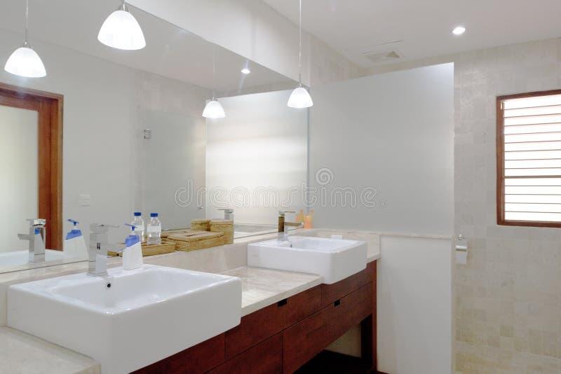 Mooi grijs nieuw modern badkamersbinnenland royalty-vrije stock foto's