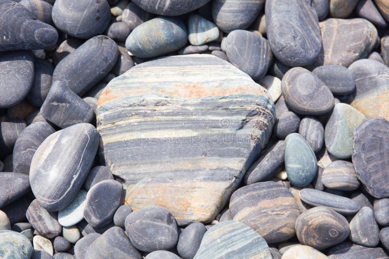 Mooi grijs rotspatroon op het strand stock foto's
