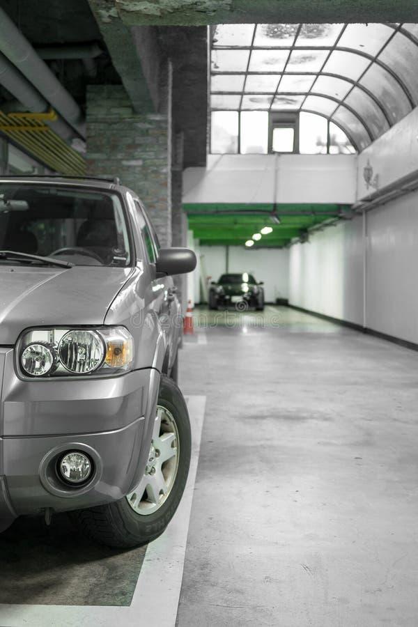Mooi grijs SUV in het parkeerterrein stock afbeeldingen