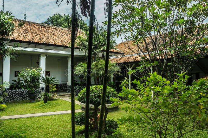 Mooi groen landschap van een oude die woningbouwfoto in Pekalongan Indonesië wordt genomen stock afbeeldingen