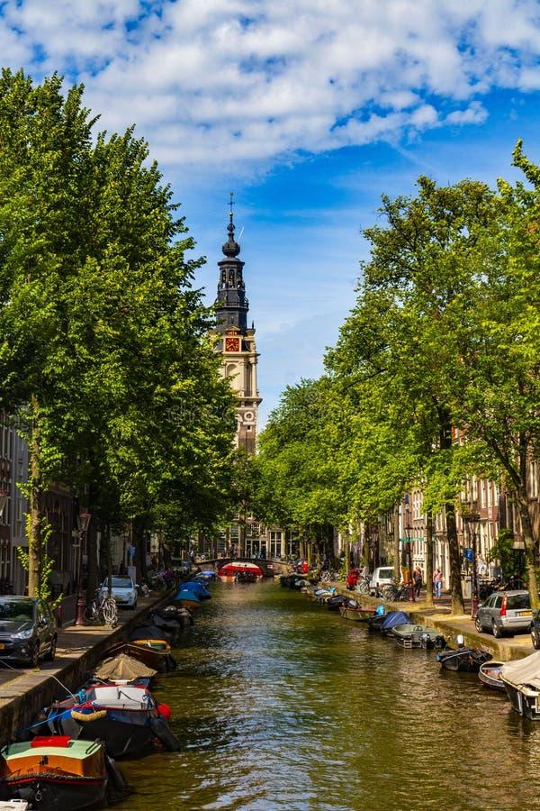 Mooi Groenburgwal-kanaal binnen met de Soutern-kerk Zuiderkerk aan het eind in Amsterdam, Nederland stock foto's