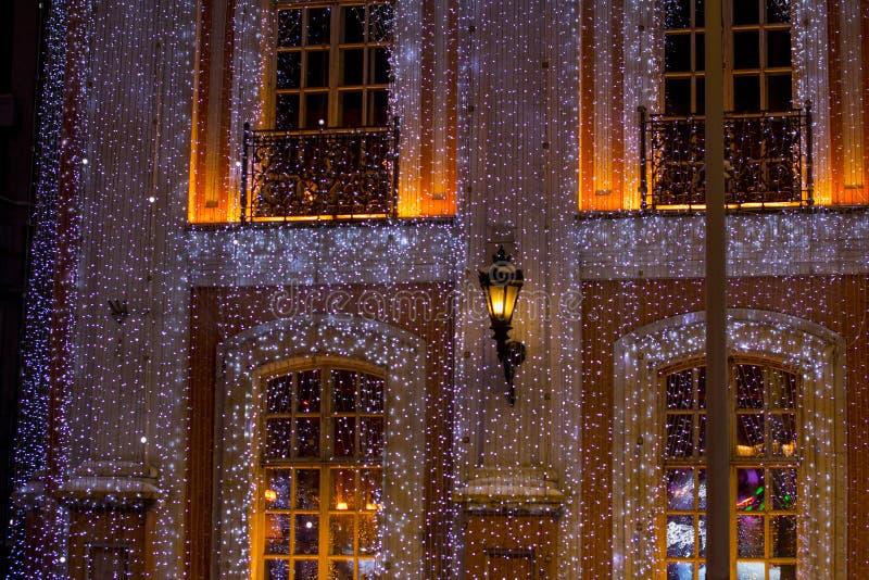 Mooi groot die huis met Kerstmislichten wordt verfraaid Grote Vensters met Kerstboom stock foto