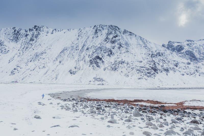 Mooi groot die strand door hooggebergte in de winter wordt omringd royalty-vrije stock afbeelding