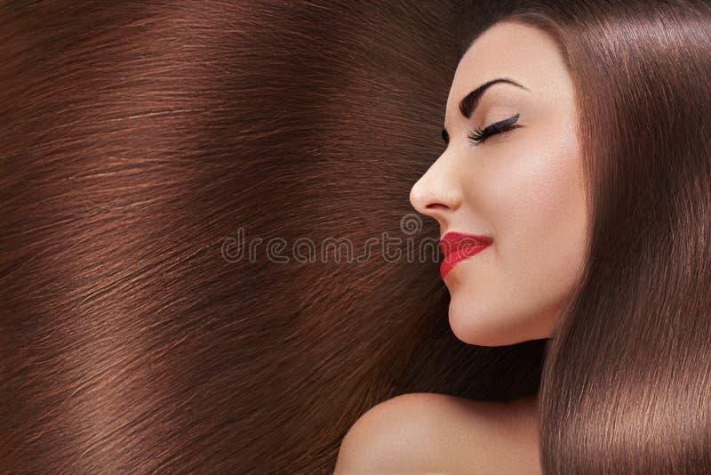 Mooi haar E Schoonheids modelmeisje met gezond bruin haar Mooi wijfje met royalty-vrije stock afbeelding