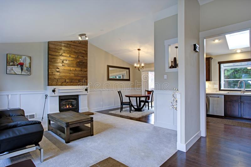 Mooi helder huisbinnenland met gewelfd plafond stock foto's