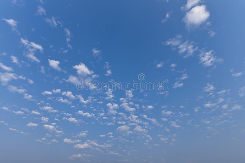 Mooi hemellandschap Zonneschijn op de zomerachtergrond Toneel mooie aard cloudscape met zonlicht in de zomertijd stock foto's