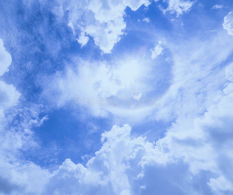 Mooi het aura goed weer van de Zoncirkel op blauwe hemel en witte wolkenachtergrond royalty-vrije stock fotografie